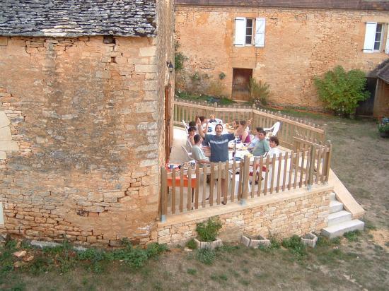 Toute la famille réunie sur la terrasse